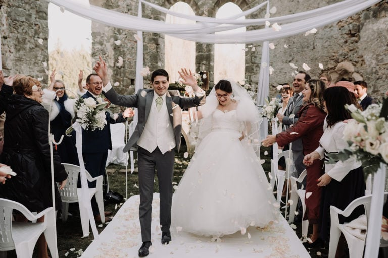 sortie des mariés sous pluie de pétales