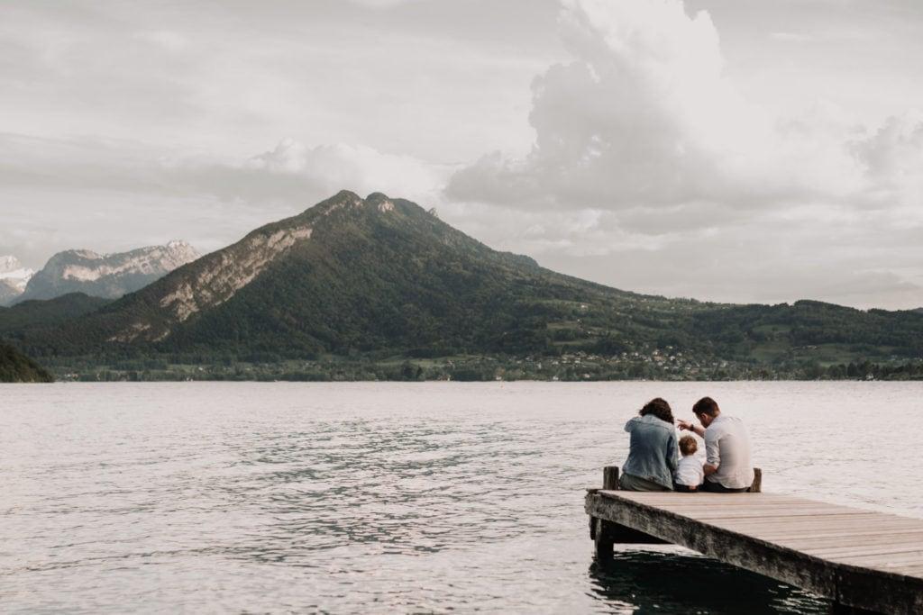 séance photo de famille au lac annecy