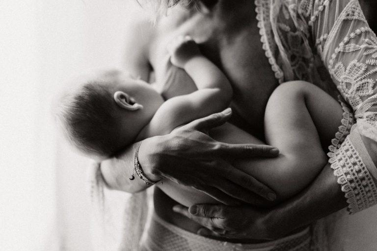 Maman allaitante à Montélimar