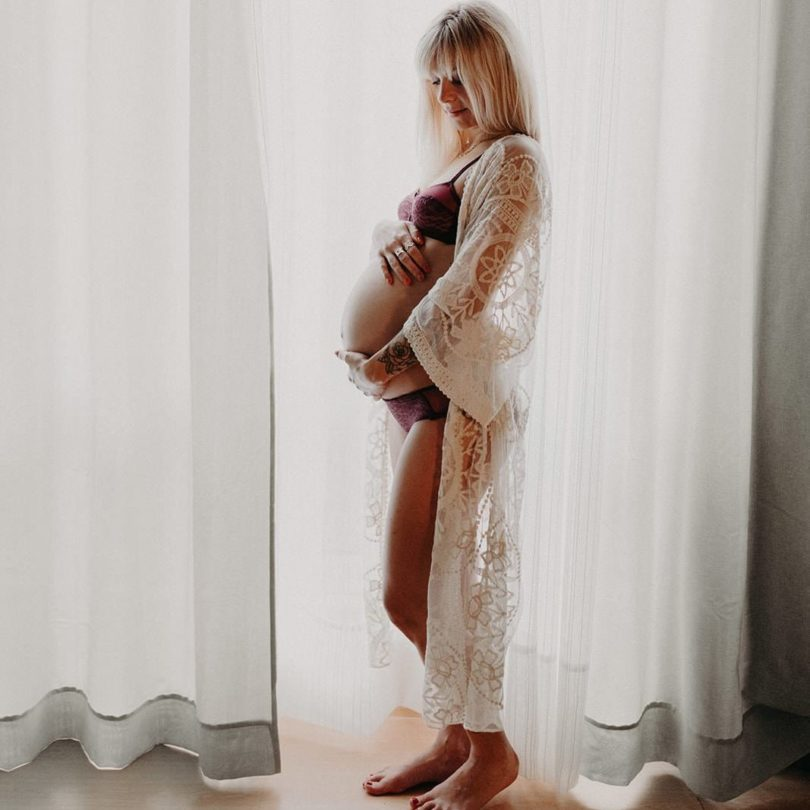 photographer pregnant woman at home